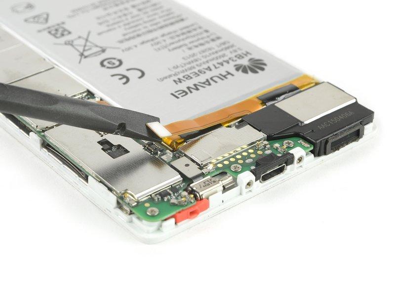 به کمک یک اسپاتول، ارتباط متصل کننده منعطف باتری را قطع کنید.