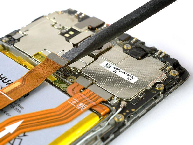 از یک اسپاتول تخت برای قطع کردن ارتباط صفحه نمایش، اتصال داخلی برد فرعی و کابلهای باتری استفاده کنید.