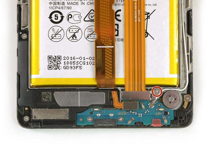 پیچ 00# فیلیپس که محفظه نگه دارنده کابل متصل کننده داخلی را در جای خود نگه داشته، باز کنید. این پیچ با رنگ قرمز در تصویر نشان داده شده است.