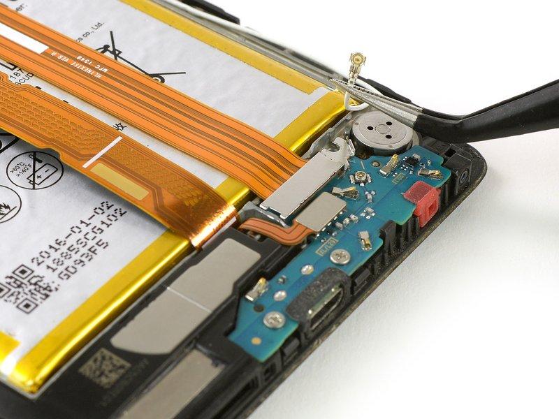 متصل کننده Coaxial را از محفظهاش خارج کنید. از این طریق میتوانید به محفظه کابل متصل کننده داخلی برد فرعی دسترسی داشته باشید.