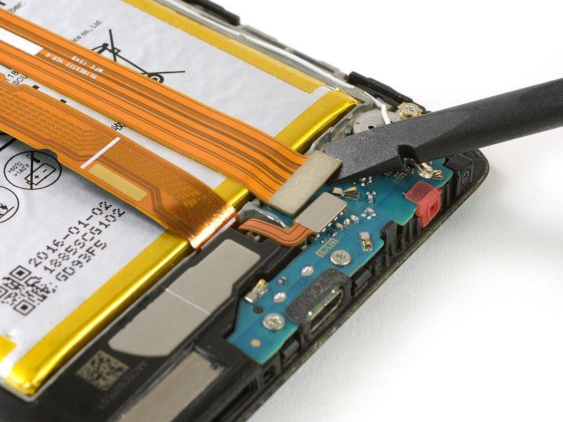 از یک اسپاتول برای قطع کردن ارتباط کابل متصل کننده داخلی استفاده کنید.