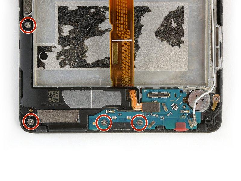 چهار عدد پیچ 00# فیلیپس که برد فرعی و بلندگو را در جای خود نگه میدارند، باز کنید. این پیچها با رنگ قرمز در تصویر مشخص شدهاند.