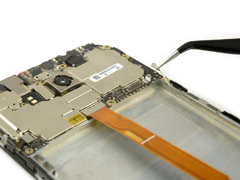 از یک انبرک برای قطع کردن کابل آنتن استفاده کنید.