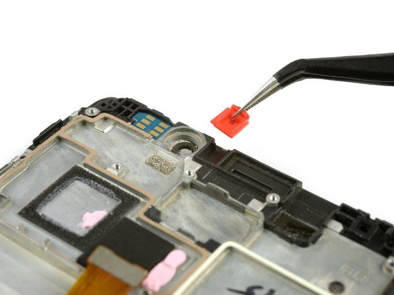 قطعه قرمز رنگ پلاستیکی را از دستگاه موبایل جدا کنید.