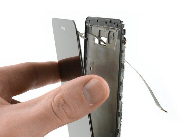 برای آنکه صفحه نمایش بهطور کامل از دستگاه موبایل جدا شود، کابل مرتبط را از درون سوراخی که در فریم میانی قرار دارد، عبور دهید.
