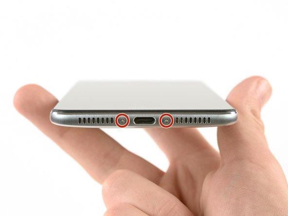 دو عدد پیچ که در انتهای دستگاه موبایل قرار دارند را باز کنید. این پیچها با رنگ قرمز در تصویر نشان داده شدهاند و نیاز به پیچگوشتی Torx T2 دارند.