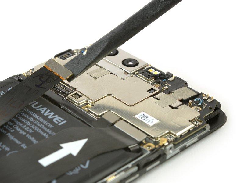 از یک اسپاتول برای قطع کردن ارتباط کابل منعطف باتری، کابل منعطف صفحه نمایش و مرتبط کننده داخلی استفاده کنید.