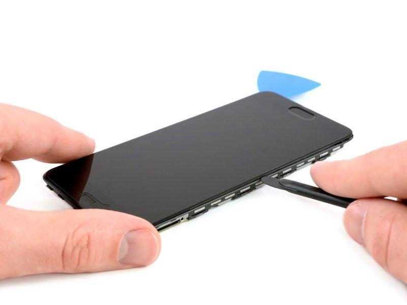 قاب بازکن را زیر صفحه نمایش و در گوشههای دستگاه موبایل قرار دهید.