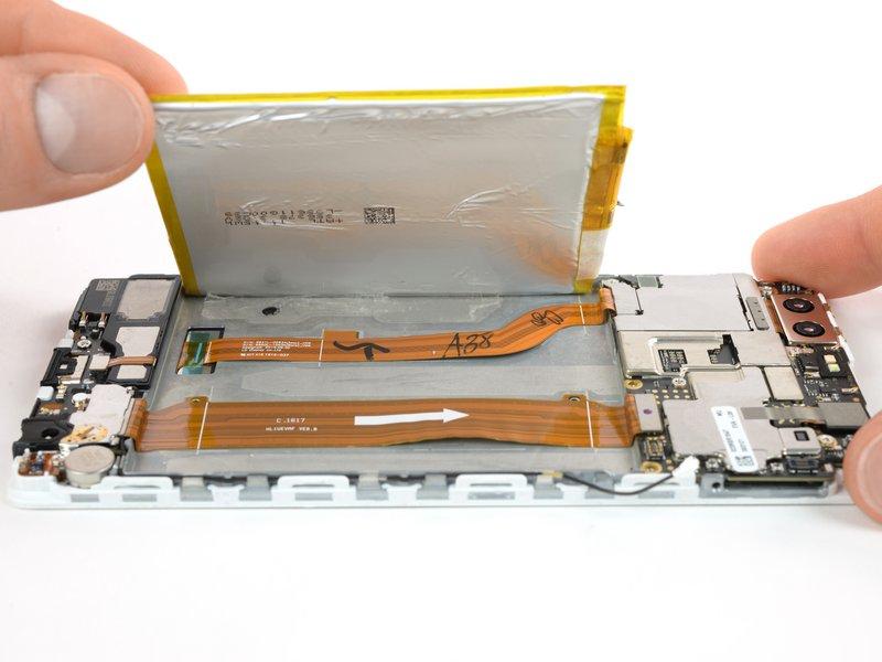 اگر چسبها به قدری محکم هستند که قادر به کشیدن آنها نیستید، میتوانید از یک iOpener استفاده کنید و یا با حرارت دادن چسبها، آنها را نرم کرده و سپس به کمک یک اسپاتول باتری را بلند کنید.