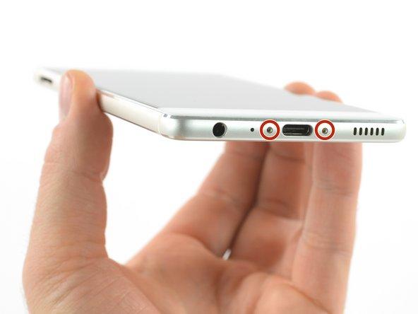 اگر صفحه نمایش شکسته و یا خرد شده است، میتوانید از چسب نواری برای پوشاندن آن استفاده کنید تا به چشمها و دستهایتان در حین تعمیر آسیب نرسید. این چسب همچنین در هنگام باز کردن گوشی کارآمد خواهد بود.