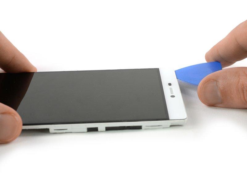 قاب بازکن دیگری را در بالای گوشی قرار دهید و چسب زیر قسمت بالایی صفحه نمایش را برش دهید.