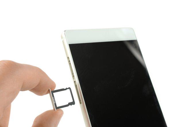 خشاب سیم کارت و کارت حافظه SD را بیرون آورید.