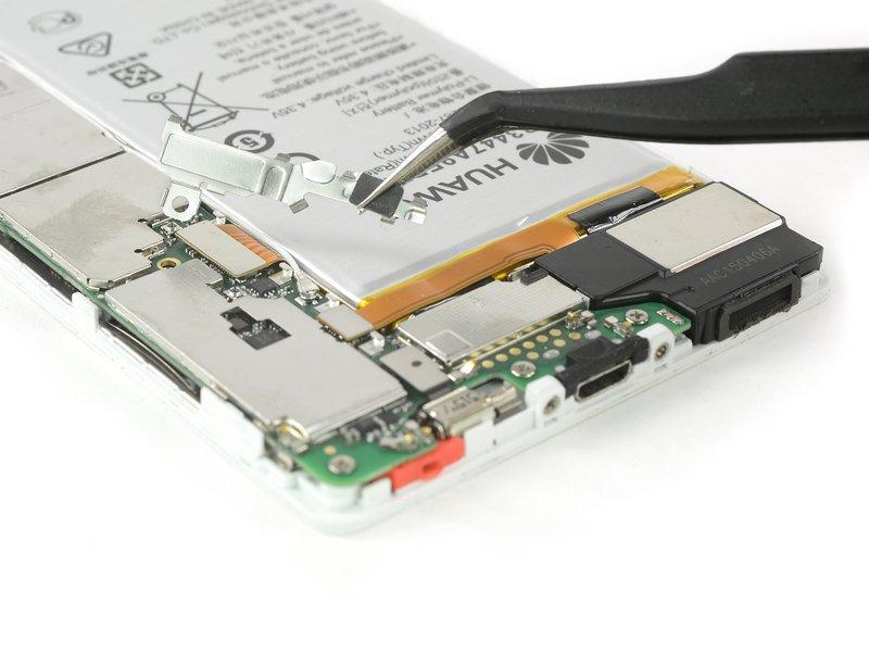 از یک انبرک برای برداشتن گیرهای که متصل کنندههای منعطف صفحه نمایش و باتری را کاور کرده، استفاده کنید.