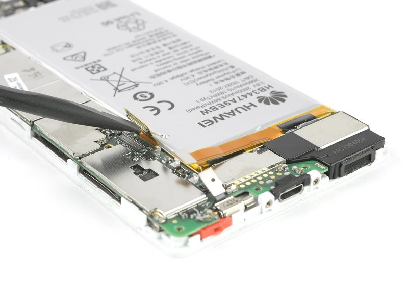 به کمک یک اسپاتول، متصل کننده منعطف صفحه نمایش را از برد اصلی جدا کنید.