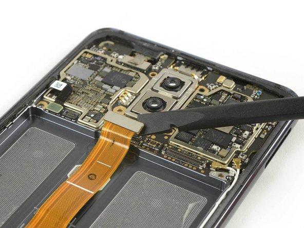 از یک اسپاتول برای قطع کردن ارتباط کابل منعطف صفحه نمایش استفاده کنید.