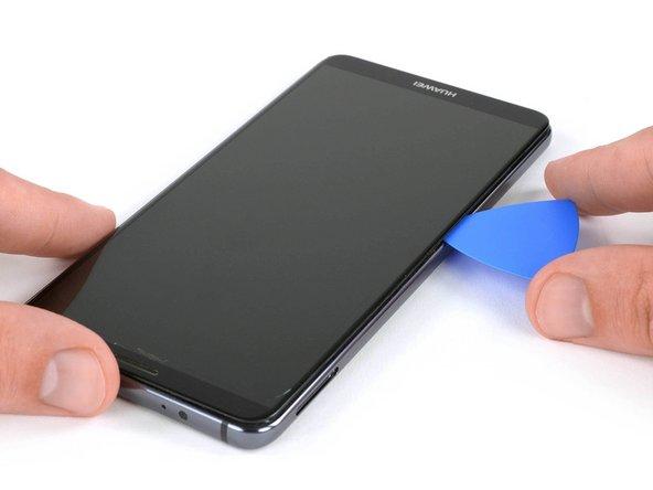 از یک قاب بازکن برای برش زدن چسب دور تا دور دستگاه موبایل استفاده کنید.