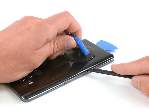 از این اسپاتول برای برش زدن چسب زیر کاور پشتی دور تا دور دستگاه موبایل استفاده کنید.