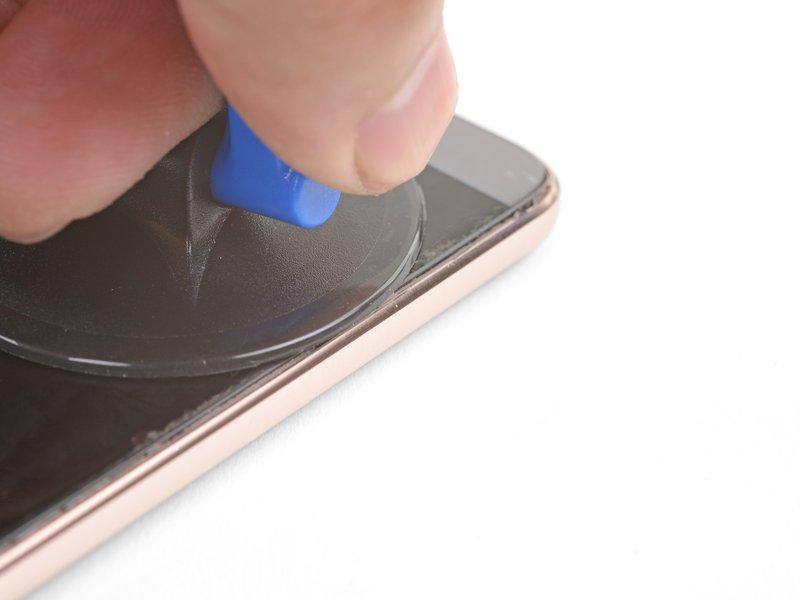 یک ساکشن کاپ را نزدیک به گوشه سمت چپ انتهایی دستگاه موبایل قرار دهید.