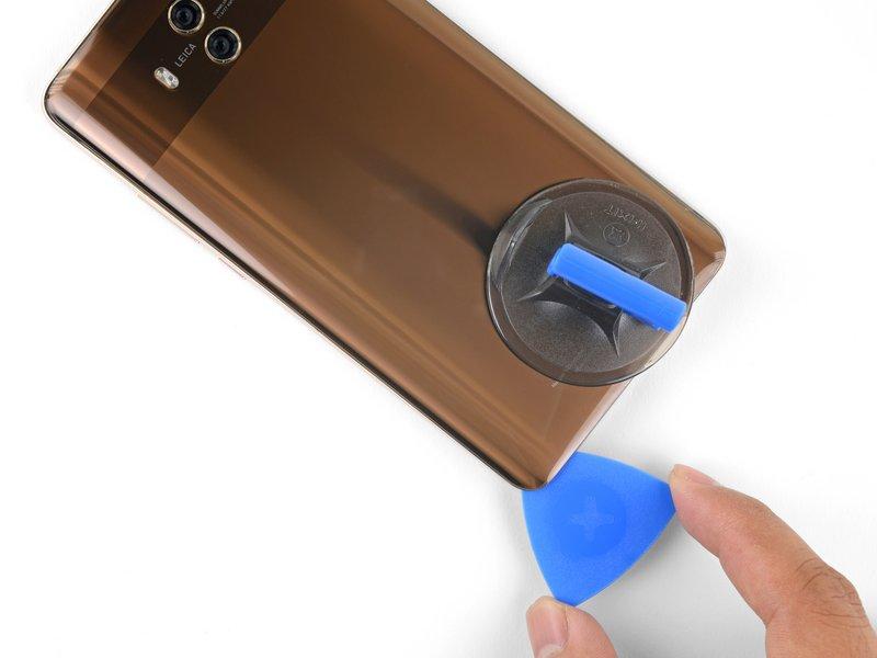 قاب بازکن را گوشه سمت چپ در پایین دستگاه موبایل رها کنید.