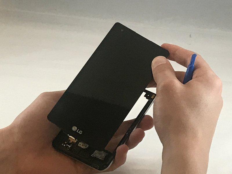 قاببازکن را بین لبه صفحه نمایش و فریم میانی دستگاه فرو کنید؛ سپس آن را در امتداد لبه صفحه نمایش بکشید تا صفحه نمایش جدا شود.