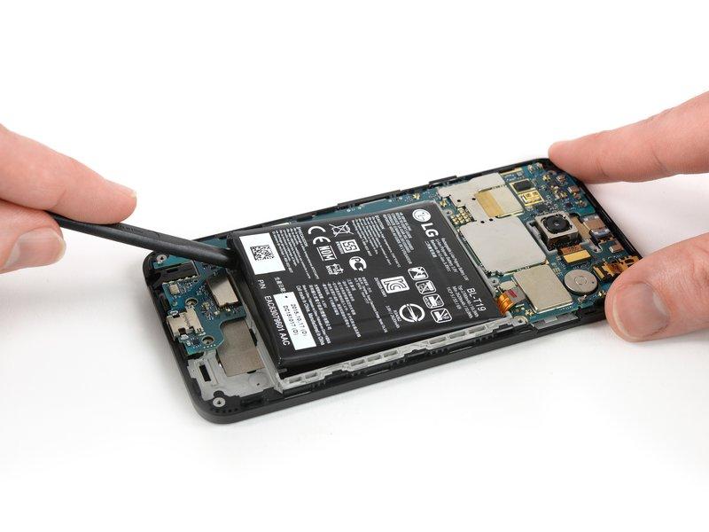 هشدار: دقت کنید حین فرایند جداسازی باتری، هیچ تغییر شکلی در ظاهر آن ایجاد نشود؛ زیرا باتریهای لیتیومیونی پوسته نازکی دارند و مستعد آتش گرفتن هستند.