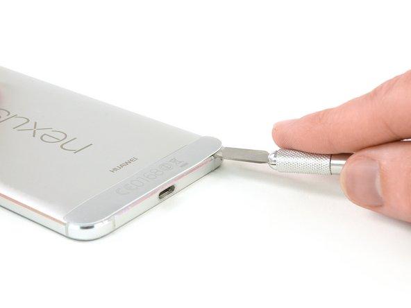 یک چاقو را بین روکش پلاستیکی و گوشی فرو کنید تا یک شکاف ایجاد شود.
