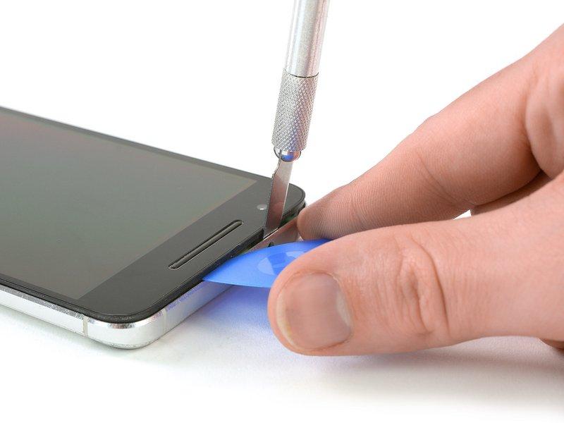 یک چاقوی تیز بین قاب پشتی و شیشه جلوی صفحه نمایش قرار دهید تا یک شکاف ایجاد شود.