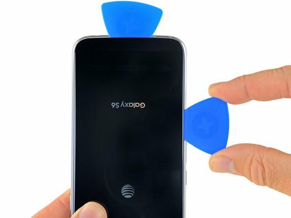 برای سه ضلع دیگر گوشی پروسهی گرم کردن و جداکردن چسب را تکرار کنید
