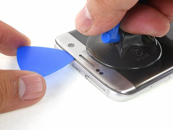 یک ساکشنکاپ را نزدیک ضلع بالایی گوشی قرار دهید بدون اینکه روی گریل بلندگو قرار گیرد