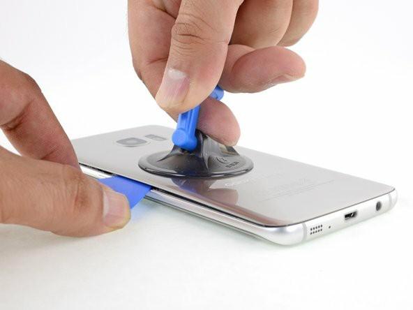 یک ساکشن کاپ را نزدیک لبهی گرمشدهی گوشی و دور از خمیدگی آن قرار دهید