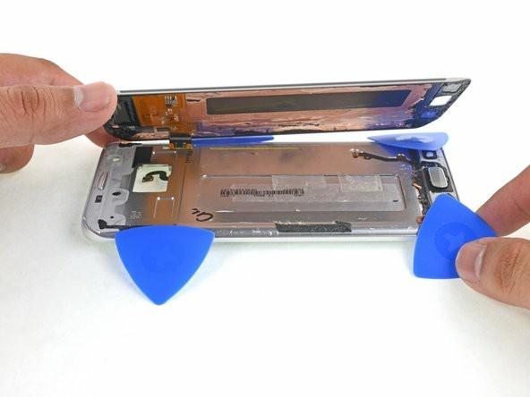 با قاببازکن چسب دور دکمهی home و چسبهای باقیمانده را برش دهید