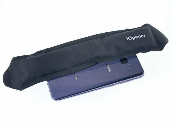 یک iopener را آماده ساخته و سمت چپ گوشی را در قسمت پشت آن، به مدت دو دقیقه گرم کنید