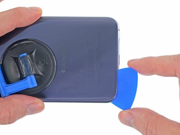 قاببازکن را در گوشی جلوتر ببرید تا به طور کامل چسب را جداکند