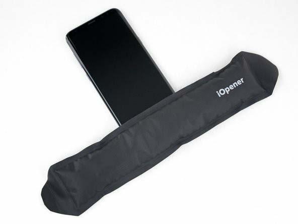 لبهی پایینی نمایشگر را گرم کنید تا چسبی که آن را به گوشی متصل ساخته نرم شود