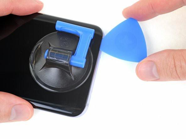 قاببازکن را در طول لبهی پایین نمایشگر بلغزانید تا چسب زیرش را جداکند.