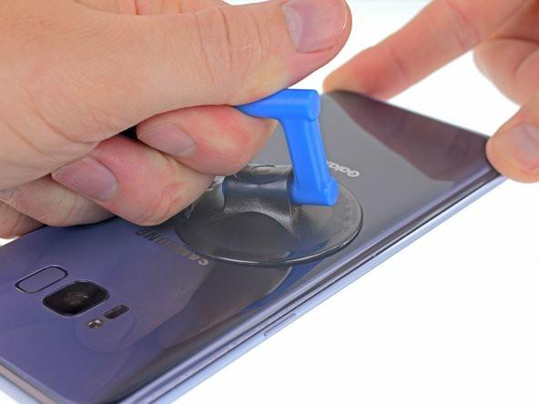 یک ساکشنکاپ را تا حد امکان نزدیک لبهی گرمشدهی کاور پشت قراردهید