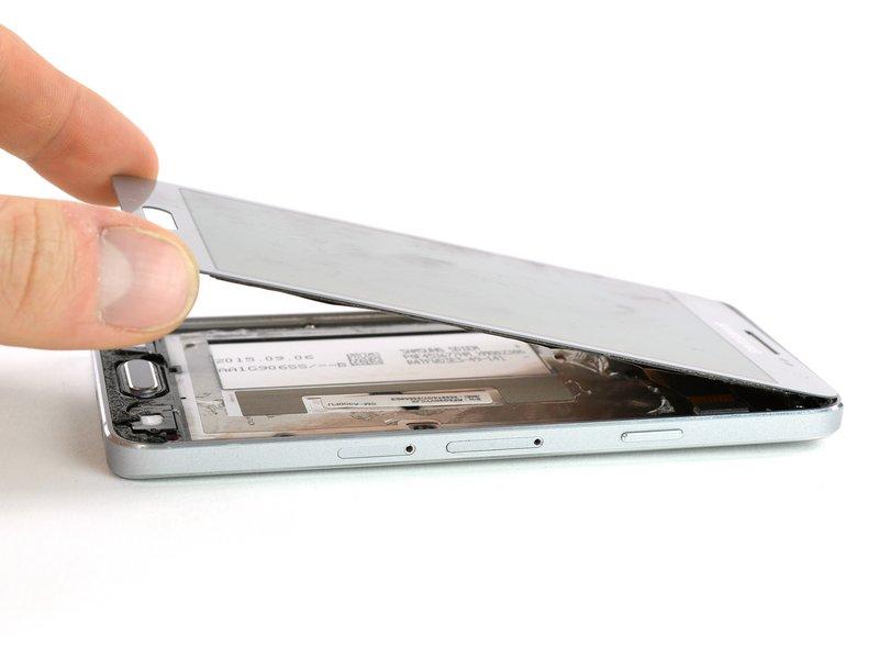 با استفاده از سشوار صنعتی، مجددا قسمت پایین و بالای صفحه نمایش را حرارت دهید