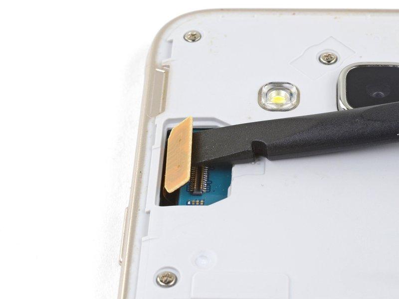 با استفاده از ته صاف اسپاتول، اتصال صفحه نمایش را جدا کنید
