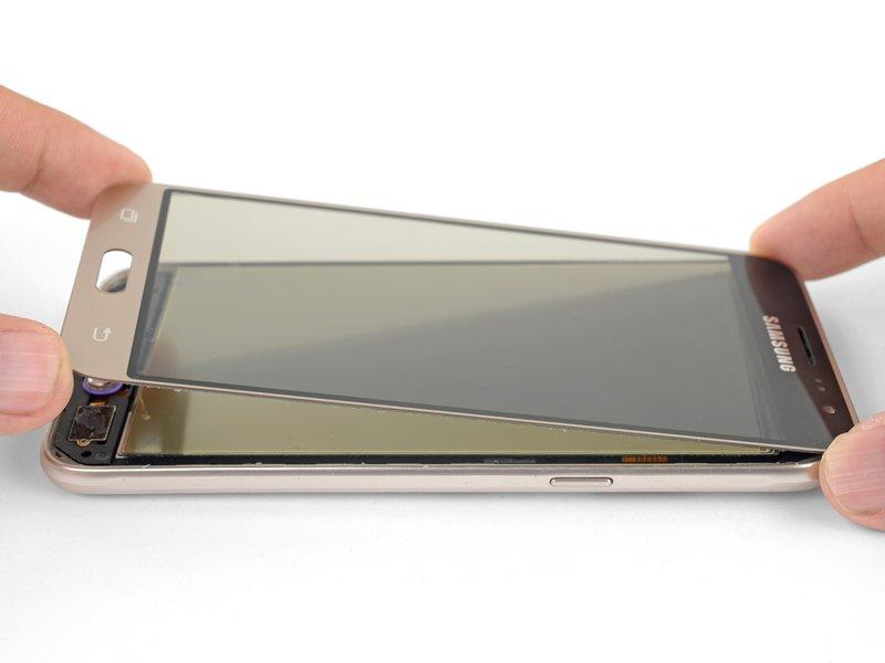 شیشه روی صفحه نمایش AMOLED را از قسمت گوشهها بگیرید و قسمت پایین صفحه نمایش را کمی بالا بیاورید