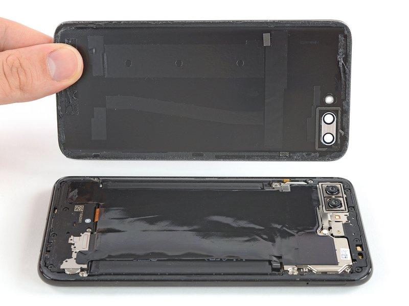 شیشه پشتی Huawei Honor 10 را به آرامی بلند کرده و از دستگاه موبایل جدا کنید.