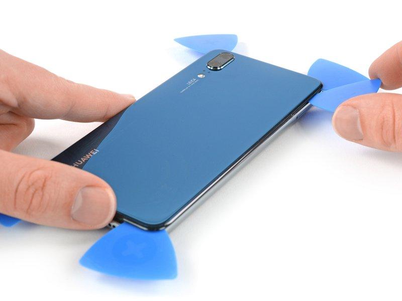 قاب بازکن پنجم را در گوشه سمت راست بالایی دستگاه موبایل قرار دهید.
