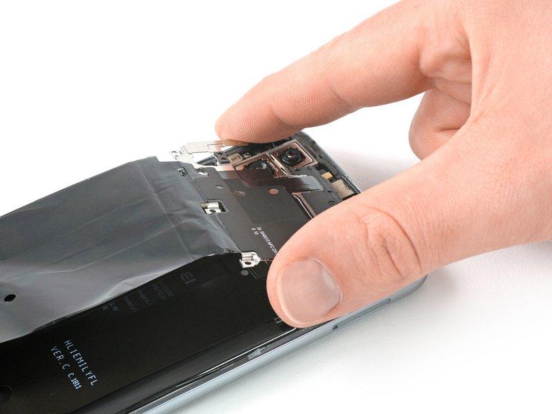 کاور مادربرد را به همراه NFC از دستگاه موبایل جدا کنید.