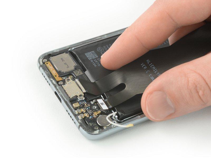 پورت شارژی و کابل منعطف اصلی را از دستگاه موبایل جدا کنید. برای این کار، آنها را بلند کرده و در جهت مادربرد بکشید.