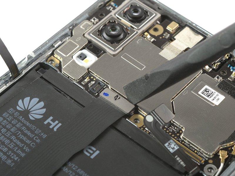 از یک اسپاتول برای بلند کردن و قطع کردن ارتباط متصل کننده منعطف صفحه نمایش استفاده کنید.