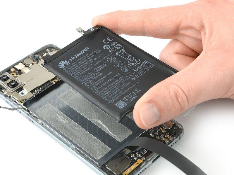 هنگام سرهم کردن مجدد دستگاه موبایل، از چسب دو طرفه، چسب برش خورده و یا چسب نواری برای بهتر چسبیدن باتری به محل تعیین شده استفاده کنید.