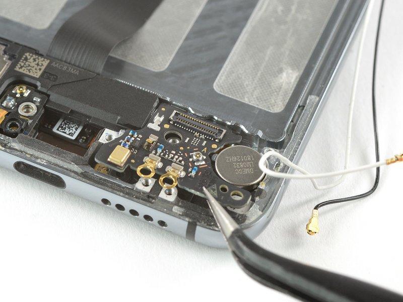 از یک انبرک برای جدا کردن برد فرعی از دستگاه موبایل استفاده کنید.