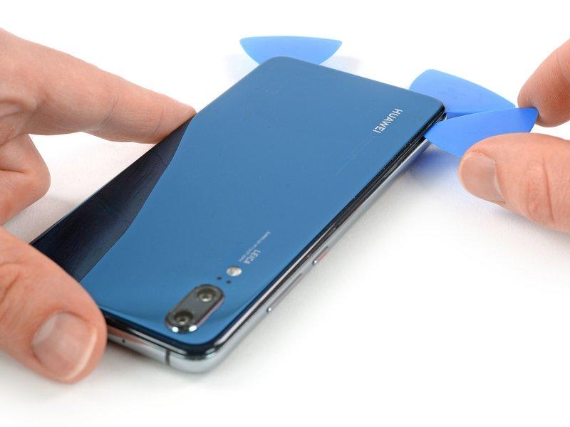 قاب بازکن سوم را در گوشه سمت چپ پایین دستگاه موبایل قرار دهید.