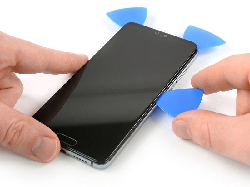 برای برش خوردن چسب، قاب بازکن را در راستای طولی به سمت پایین کشیده و به منظور جلوگیری از چسبیدن مجدد چسب، آن را در گوشه سمت راست پایین دستگاه موبایل رها کنید.