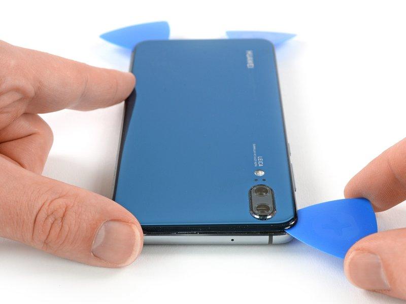 قاب بازکن را در گوشه سمت چپ قسمت بالایی دستگاه موبایل رها کنید تا از چسبیدن مجدد چسب جلوگیری شود.