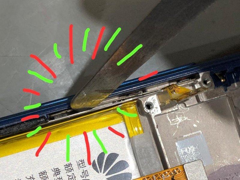 چسب میان کلیدهای میانی و فریم را به آرامی برداشته و سپس این اجزا را با دقت از روی دستگاه بلند کنید.